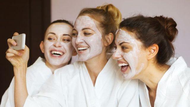 Не стоит недооценивать роль масок в уходе за жирной кожей