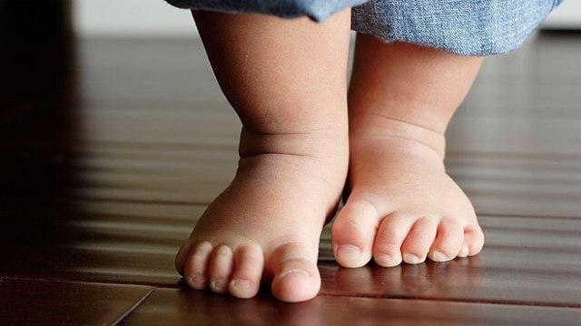 Пока малыш не научится удерживать равновесие, он будет ставить стопу так, как ему удобно