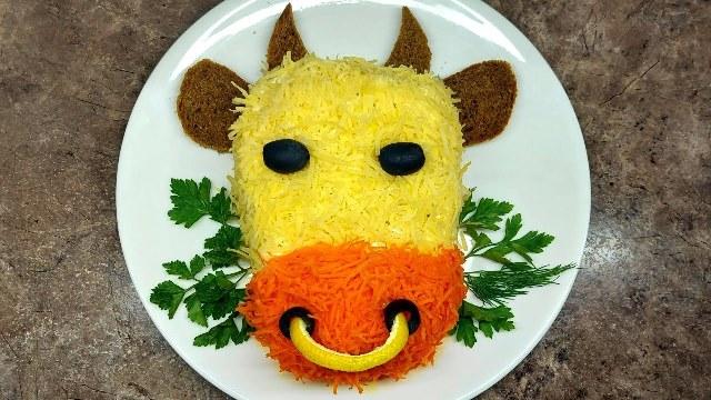 Желательно, чтобы на новогоднем столе было хотя бы одно блюдо с изображением символа года