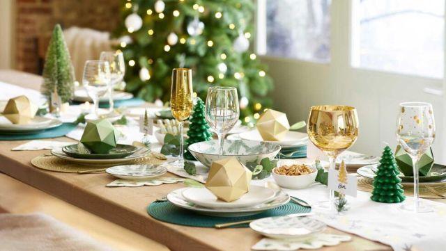 Никаких излишеств в декоре интерьера и новогоднего стола быть не должно