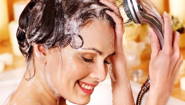 Тщательно очищаем кожу головы, но без фанатизма