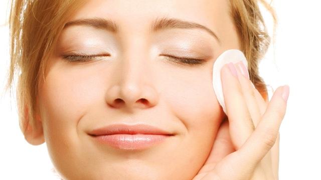 Для жирной кожи подойдут безспиртовые тоники с гидрокислотами