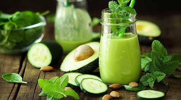 Благодаря авокадо этот смузи может заменить полноценный прием пищи