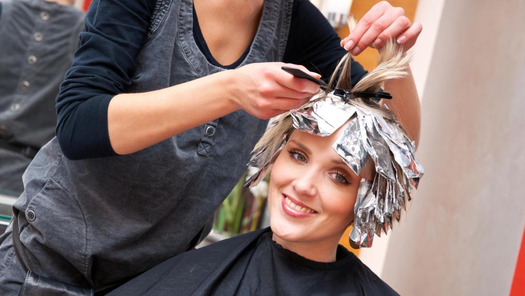 Эксперименты с цветом вредны для волос и кожи головы