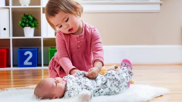 Вовлекайте старшего ребенка в процесс ухода за малышом