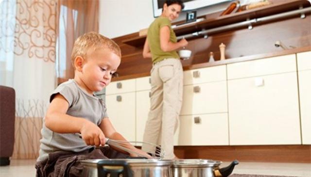 Ребенку сложно понять, что мама может быть занята чем-то кроме него