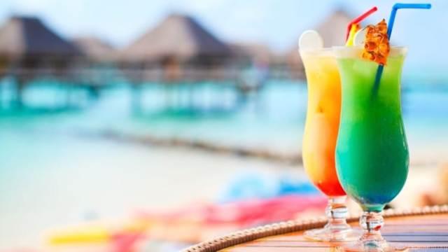 Газированные напитки, коктейли и алкоголь содержат много сахара и калорий