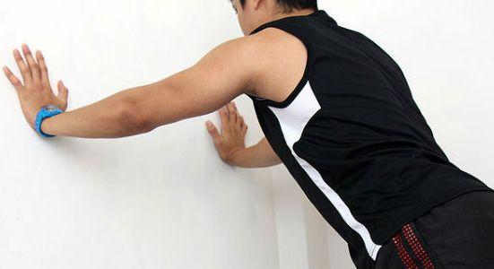 Наклонитесь сильнее, чтобы максимально напрячь плечи