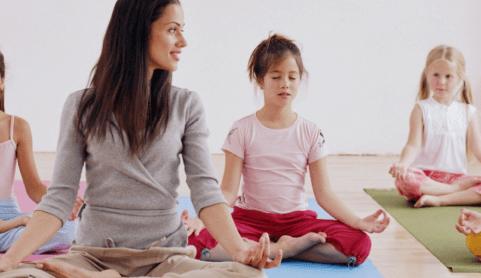 Йога-терапия помогает детям с аутизмом научиться расслабляться и успокаиваться