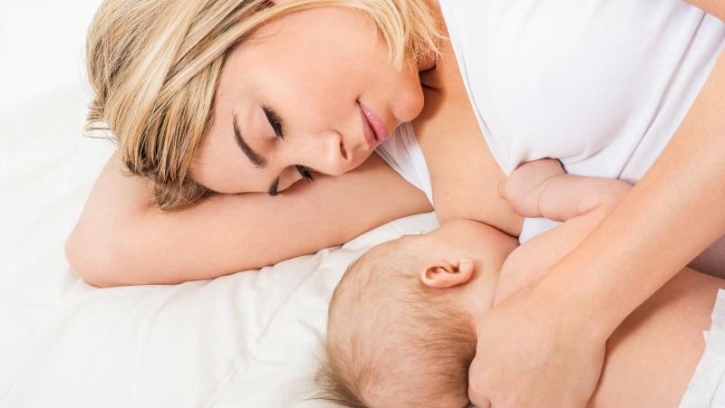 Грудное вскармливание полезно не только для малыша, но и для мамы