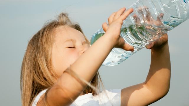 Самый здоровый способ утолить жажду - пить чистую негазированную воду