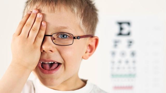Важно контролировать остроту зрения ребенка и регулярно посещать окулиста